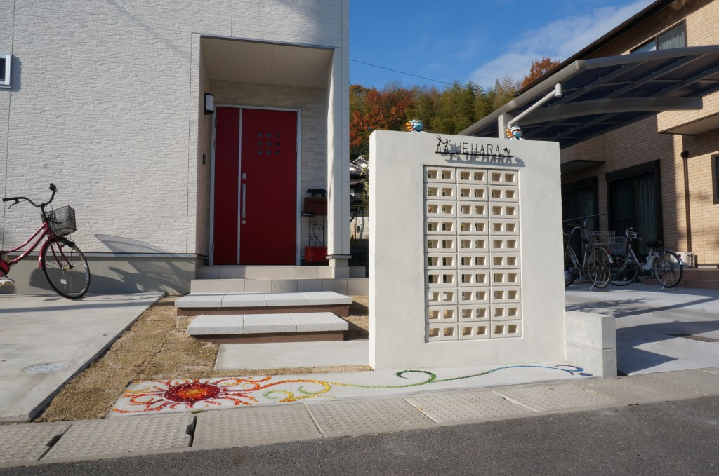 アプローチ完成!お客様が作成されたガラスの飾りを土間に入れて凄く明るいアプローチに仕上がりました。