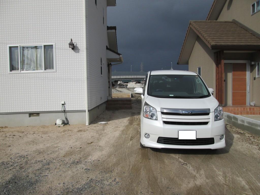 施工前:玄関へ続くアプローチと駐車場兼駐輪場をご希望です
