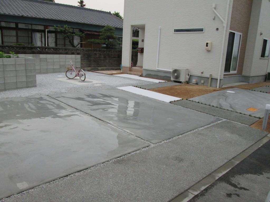 車2台がゆったりとめれる駐車場は全体のバランスを考えて洗い出しにし、変化をつけました!