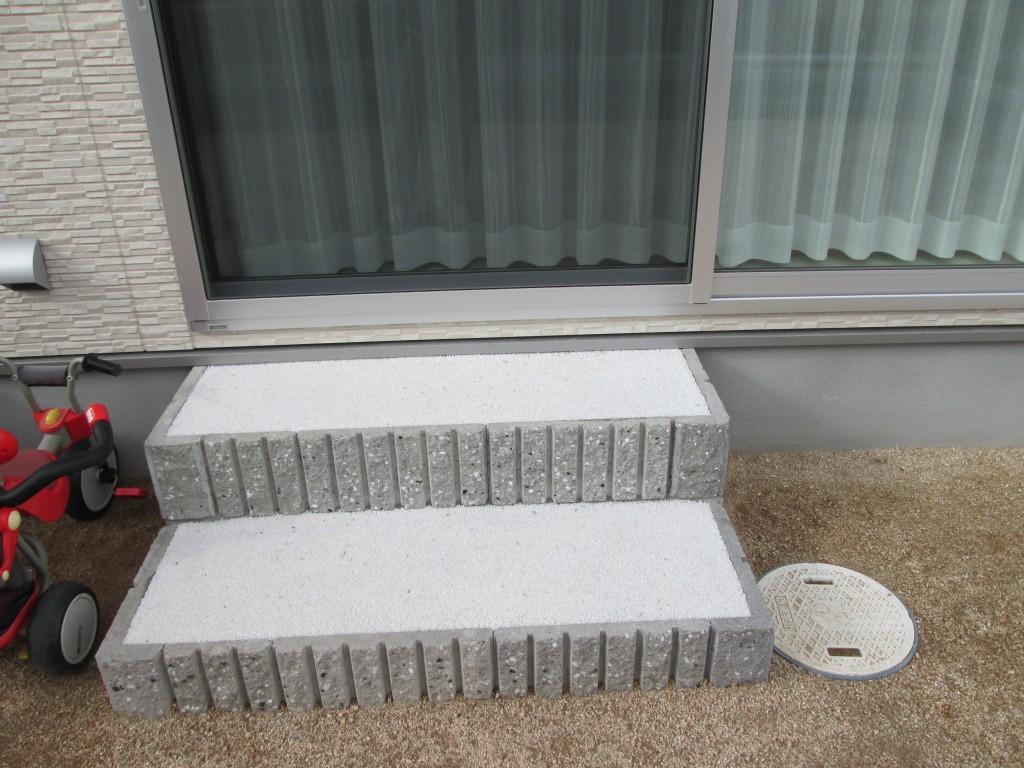 出入り口の窓の外に階段を施工しました♪