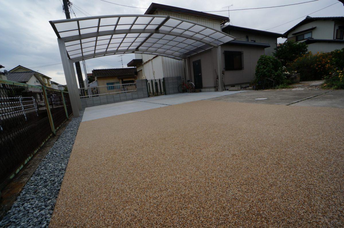 岡山市 広い敷地に3台用のカーポートを設置して土間コンクリート部を増やして、車や自転車、バイク置き場が快適になりました。YKK レイナトリプルポートグラン 3台用 ♪